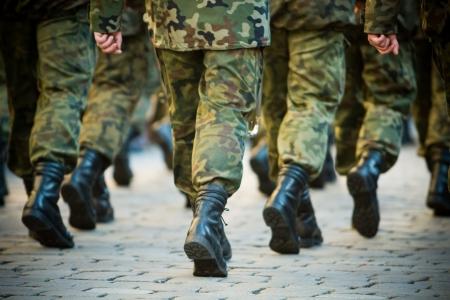 Soldaten maart in formatie
