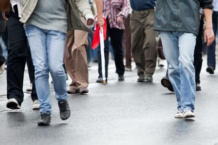 personnes qui marchent: La foule marche - groupe de personnes marchant ensemble (motion blur)