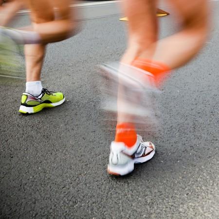 maraton: Hombre que se ejecutan en marat�n de la ciudad - el desenfoque de movimiento