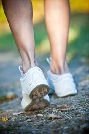 cross country: Woman walking Cruz pa�s y sendero