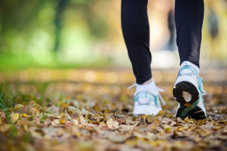 Caminando en paisaje del otoño, el ejercicio al aire libre