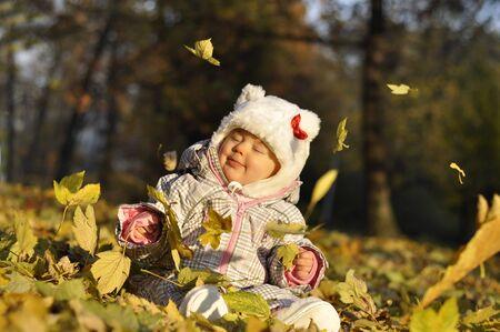 rompers: seatting de beb� en el Parque de oto�o y jugando con hojas