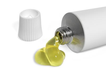 Open buis van witte kleur met gelekte gele vloeistof Stockfoto