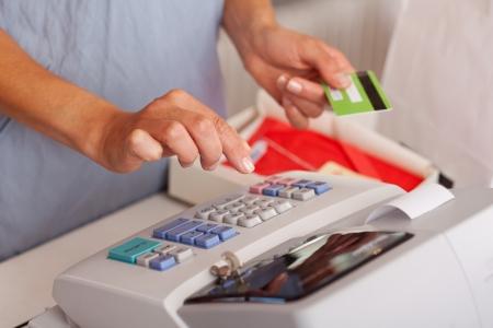 caja registradora: Secci�n media de vendedora de tarjetas de cr�dito que mantenga durante el uso de la m�quina ETR en el mostrador de tienda
