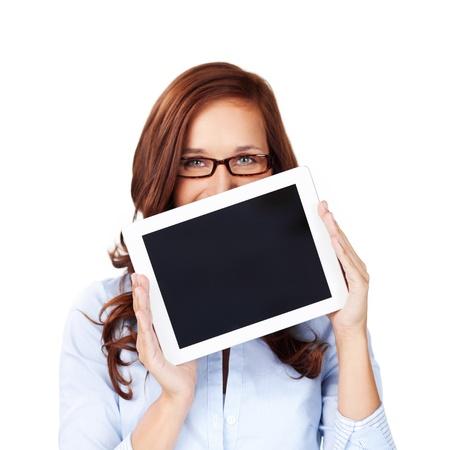 テキストまたは広告のビューアーに表示される画面と彼女の顔の下半分を隠す空白タブレット コンピューターを保持している女性