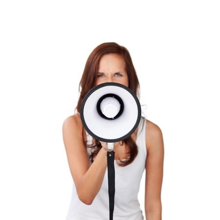 Donna che parla in un megafono che fa un annuncio pubblico isolato su bianco
