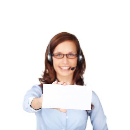 call center agent: Offuscata agente di call center che mostra una busta bianca Archivio Fotografico