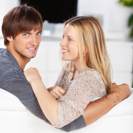 personas abrazadas: pareja amorosa relax en casa en el sofá