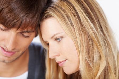 jovenes enamorados: Mujer joven que se inclina la cabeza sobre su novio