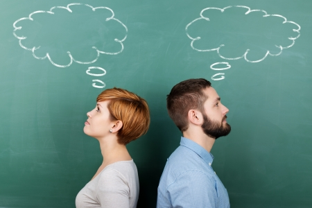 Zijaanzicht van mannelijke en vrouwelijke hoogleraren met gedachte bel op bord