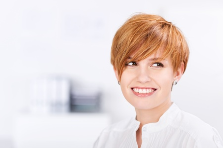gros plan de happy belle femme d'affaires avec les cheveux rouges dans le bureau Banque d'images