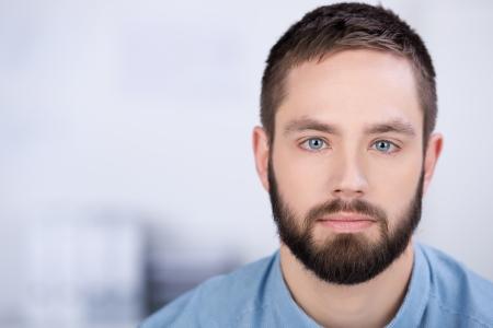 ležérní: Pohledný vousy obchodní muž v bílém kanceláři