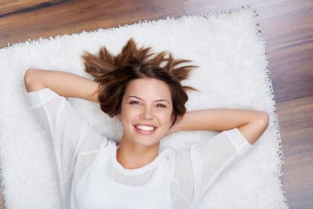 deitado: Retrato de mulher sorrindo relaxar e deitado no ch