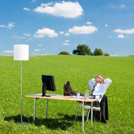 屋外のオフィスで休んでビジネスマンの肖像画