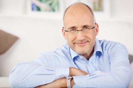 bald man: Primer retrato de hombre sonriente relajarse en casa Foto de archivo