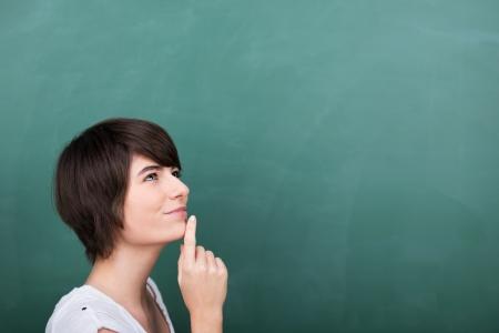 donna pensiero: Problem solving giovane studente in aula