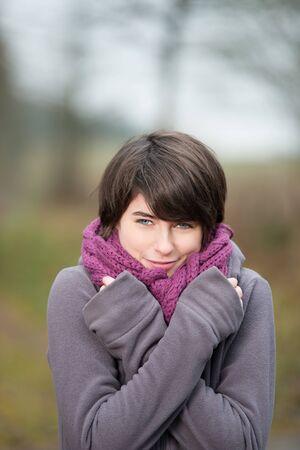 mani incrociate: Pretty ragazza durante una fredda giornata d'autunno