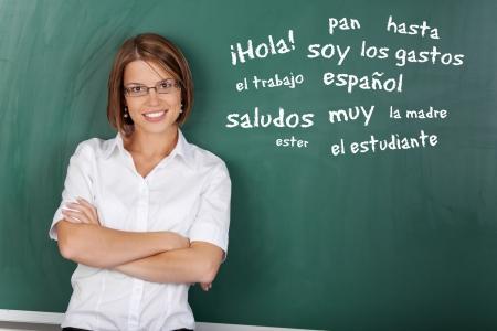 föremål: en med glasögon visar spanska ämne i klassrummet Stockfoto