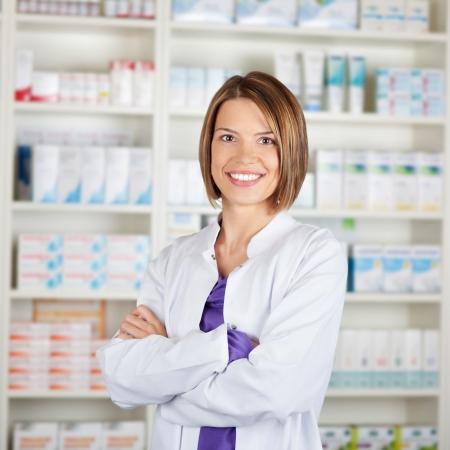 Portret van een lachende medisch personeel of arts in de farmacie
