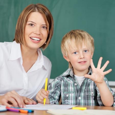 jardin de infantes: Ni�o en jard�n de infantes es la celebraci�n de cinco dedos
