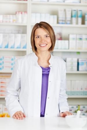 contadores: Mujer alegre qu�mico farmac�utico de pie en la farmacia farmacia Foto de archivo