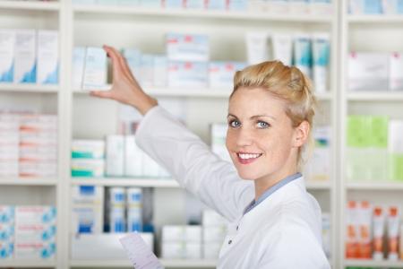 약국에서 의약품 앞의 처방 웃는 여성 약사의 초상화
