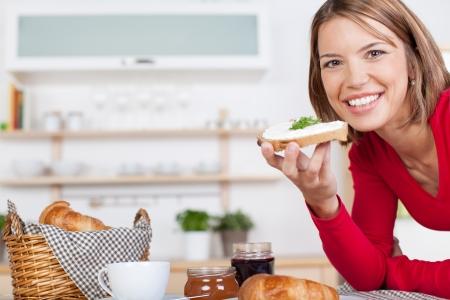 Mooie blonde geniet van een stevig ontbijt thuis Stockfoto