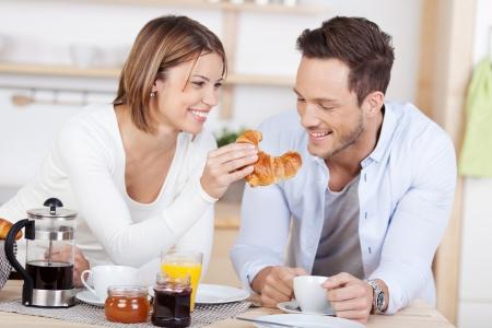 desayuno romantico: Feliz pareja de desayunar en la cocina