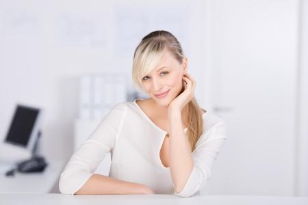 cola mujer: Mujer atractiva que presenta sobre el fondo de la computadora borrosa