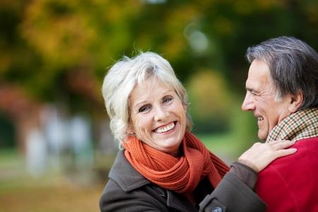 mujeres mayores: Una pareja de ancianos felices disfrutando de un momento de amor en el bosque
