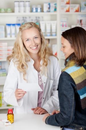 drugstore: Al cliente con la gripe de hablar con su farmac?utico en la farmacia Foto de archivo