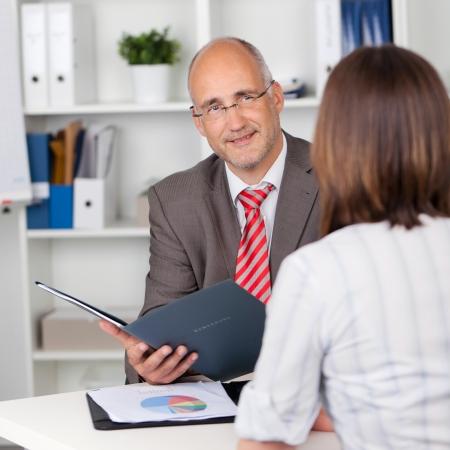 entrevista: hombre de negocios y candidata en entrevista personal