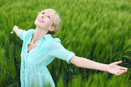 aire puro: Feliz fresco hembra disfrutando del aire fresco en el campo de maíz