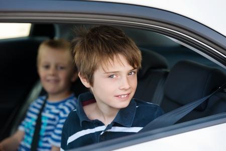 cinturon de seguridad: Dos niños que usan el cinturón de seguridad en el coche en un plano corto