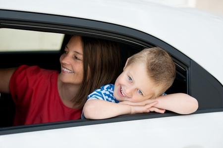 Madre e hijo en el interior del coche que estaba esperando el conductor