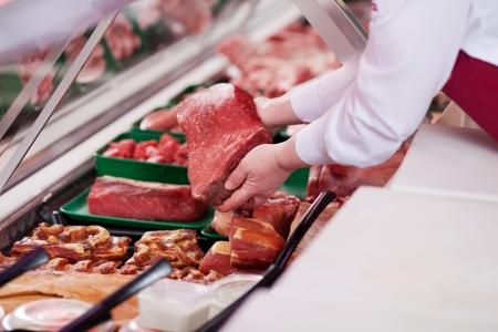 슈퍼마켓에서 디스플레이에 신선한 고기를 제공 판매원