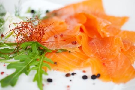 salmon ahumado: rodajas de salmón crudo plato en restaurante de pescado Foto de archivo