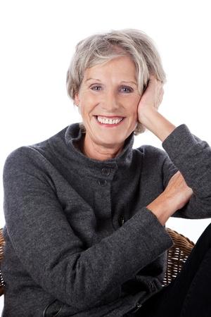 cadeira: Mulher mais velha vivaz descontra