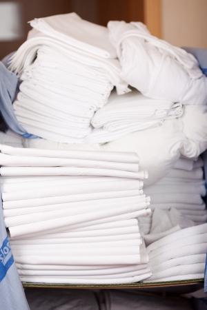 bedsheets: Primo piano di lenzuola accatastati in deposito camera di albergo Archivio Fotografico