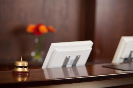 contadores: Primer plano de las computadoras y la campana en el mostrador de recepci�n en el hotel Foto de archivo