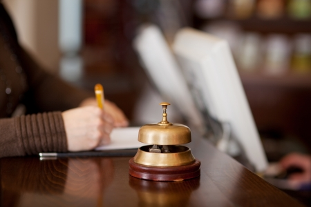 gastfreundschaft: Glocke im Hotel Z�hler mit Frau f�llt ein Formular