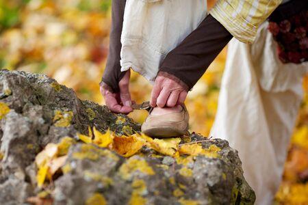 mujer con corbata: detalle de zapatos de lazo mujer mayor en el parque Foto de archivo
