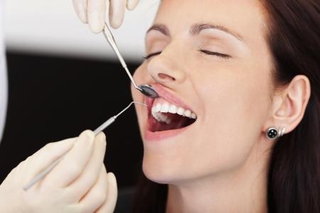 femme bouche ouverte: Gros plan d'patiente recevant un traitement de dentiste à la clinique Banque d'images