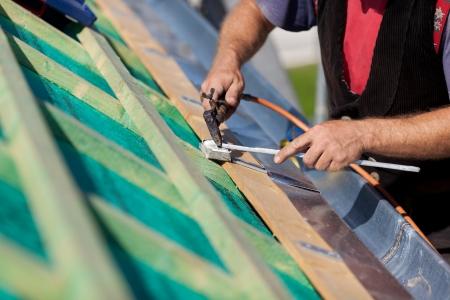 gouttière: D�tail d'un soudage couvreur la goutti�re sur un nouveau toit