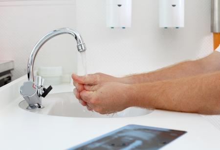 lavandose las manos: Imagen recortada lavarse las manos en la clínica dentista Foto de archivo