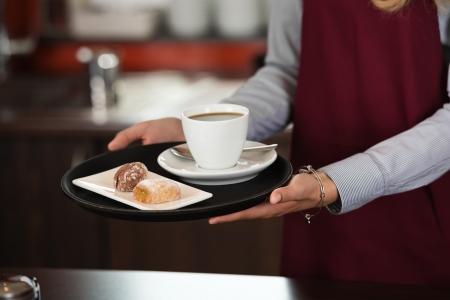 podnos: close-up of servírka porce šálek kávy a občerstvení