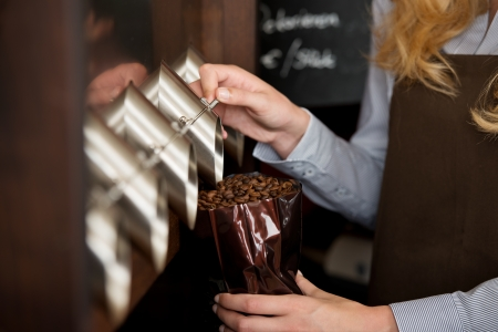 店員が袋にコーヒー豆を充填 写真素材