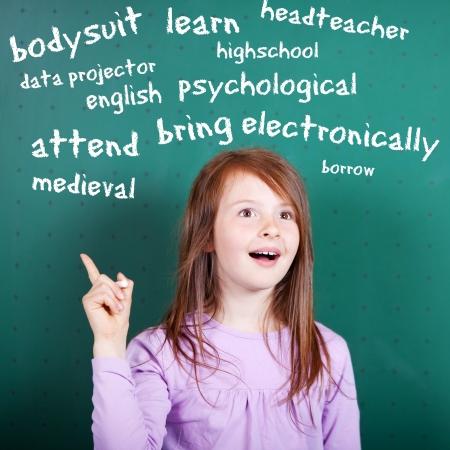Conceptuele portret van vrouwelijke student leren een Engels vocabulaire