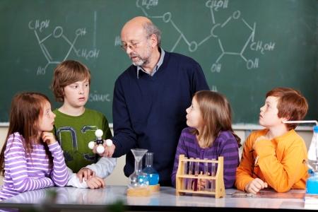 leraar: Schoolkinderen en leraar in een wetenschap klasse Stockfoto