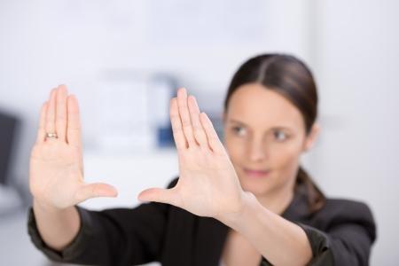 D'affaires d'âge moyen effectuant la trame de main dans le bureau, se concentrer mains Banque d'images